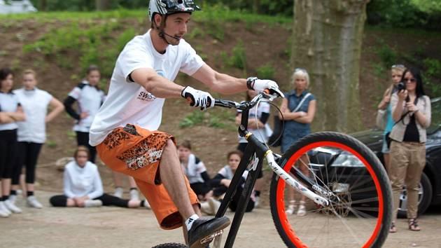 Tomáš (Žoržo) Eibl skáče na svém kole hodně vysoko.