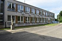 Bývalá škola zatím dál pustne na rozsáhlém pozemku na sídlišti na Severní Terase v Ústí nad Labem.