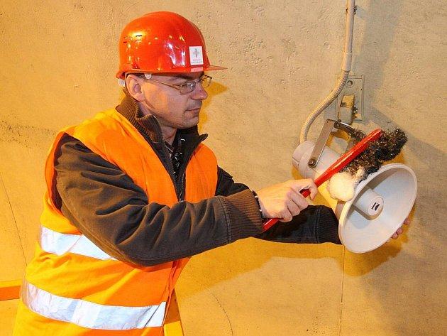 Mobilní technikou i ručně kartáčem jsem s tuneláři na D8 absolvoval pravidelné čištění tubusů dálničních tunelů Panenská a Libouchec na ústecké dálnici D8.