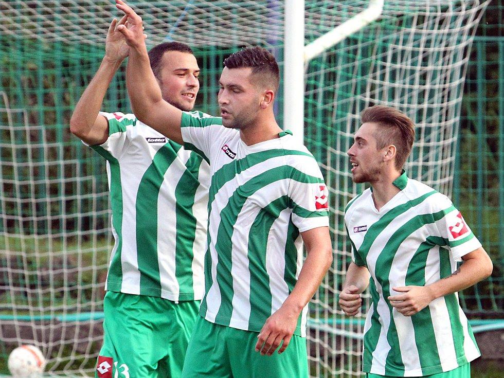 Fotbalisté Libouchce se radují z branky.