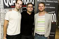 Jan Maxián, Petr Kaláb a Jakub Prachař, autoři hudby nového muzikálu Quasimodo v Divadle Hybernia.