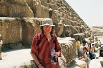 Miloš Matula před Velkou pyramidou (tzv. Chufuova) v Gíze.