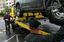 Incident si vyžádal těžká zranění zaměstnance odtahové služby. Ilustrační foto.