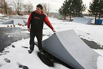 Vladimír Henzl ukazuje tristní stav skateparku v Chlumci.