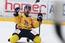 Ústecký forvard Rastislav Špirko právě proměnil trestné střílení a zvýšil na 2:0. Ústečtí Lvi páté finále zvládli a po vítězství 3:1 mají v sérii mečbol.