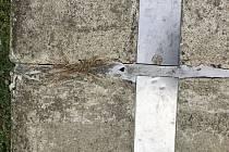 Praskliny a vydrolený beton protipovodňové hráze za 120 milionů korun obyvatelům Střekovského nábřeží na klidu nepřidaly.