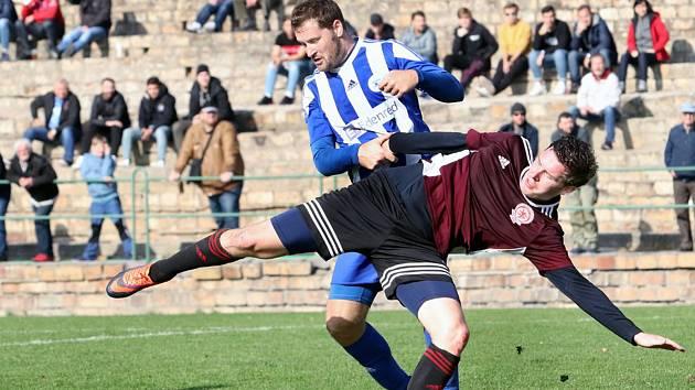 Fotbalisté Neštěmic (v tmavém) porazili ve šlágru 9. kola I. A třídy Roudnici 3:0.