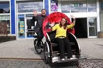 První si elektrickou cargo tříkolku v roli řidiče vyzkoušel náměstek primátora Ústí Pavel Tošovský a coby cestující Eva Poslová z ústeckého informačního centra.