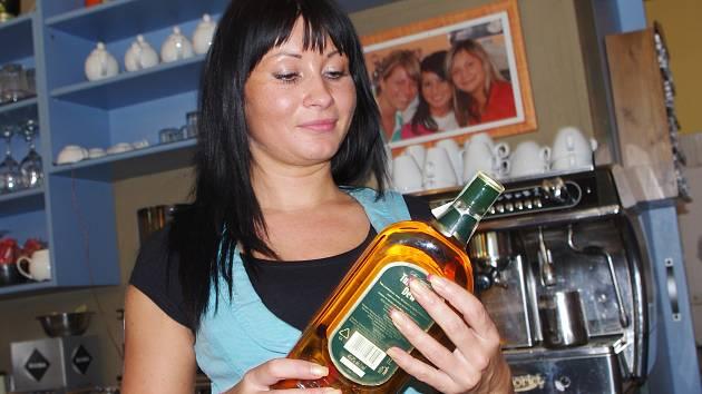 Servírka Petra Frdlíková z ústecké kavárny Café Pepe, kontroluje šarže výroby na uskladněném alkoholu.