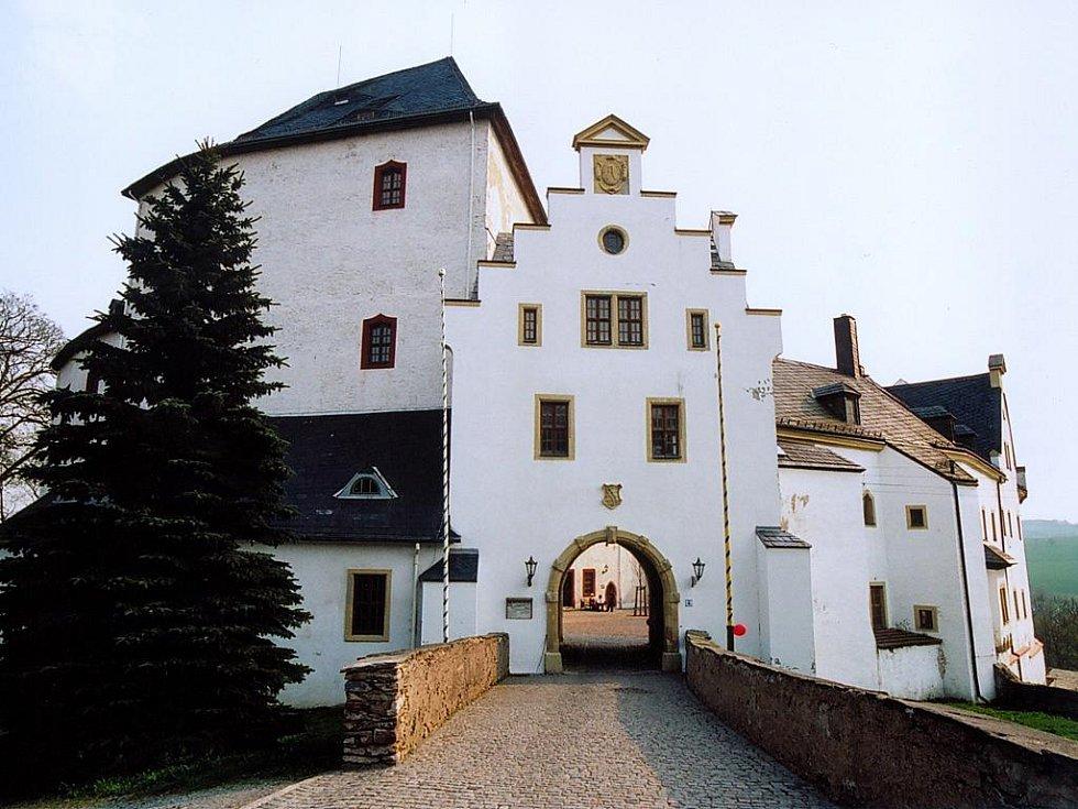 Původní hrad sloužil ve středověku k ochraně brodu na obchodní cestě do Čech.