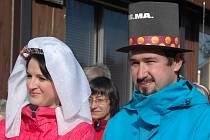 Novomanželé Trochtovi mají jízdu na snowboardech natolik rádi, že se rozhodli vstoupit do manželství přímo mezi sjezdovkami Ski areálu Telnice.
