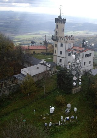 Observatoř Ústavu fyziky atmosféry AV ČR. Nahoře celkový pohled na Milešovku, pod níž je vidět zámek vMilešově.