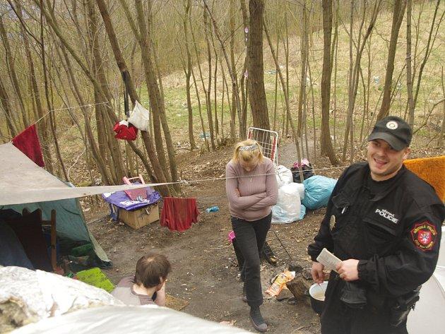 Strážníci kontrolují okolí parovodů a vykazují bezdomovce.
