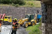 Hasiči likvidovali vyteklý olej pod viaduktem v Brné