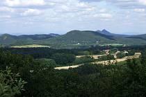 Z kopečku Nedvězí jsou překrásné výhledy do okolí
