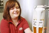 Jak je na tom várka zrekonstruovaného speciálního třináctistupňového ležáku Kaiserbier včera s chutí zjišťovala sládková Martina Valterová (na snímku) a historici z ústeckého muzea. Pivo vaří minipivovar Na Rychtě ke slavnostnímu otevření rekonstruovaného