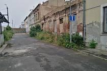 Zničená omítka domu, a okolí, kde bydlí autorka videa, na kterém jí a dětem vyhrožuje opilý násilník. Podobné incidenty zažívá vlastně denně.