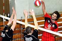 Volejbalisté Chabařovic (červení) doma porazili Sokolov.