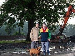 Před dubem ochráncem ve Višňové dvojice, kterou před třemi lety strom zachránil při povodni. Starší lidé spolu se svým psem přežili na střeše jednoho z domů.