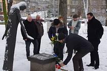 PAMÁTKU JANA PALACHA, který se upálil v lednu 1969, uctili v neděli položením květin k pomníku obětí komunismu v Městských sadech členové a příznivci TOP 09.