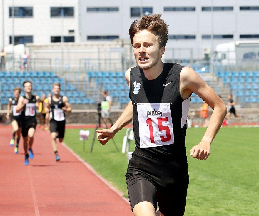 Atletika. KPD Ústeckého kraje - 2. kolo vyhrály ženy AC Ústí (oranžovo-černé dresy)  a muži USK Provod Ústí (černé dresy)..