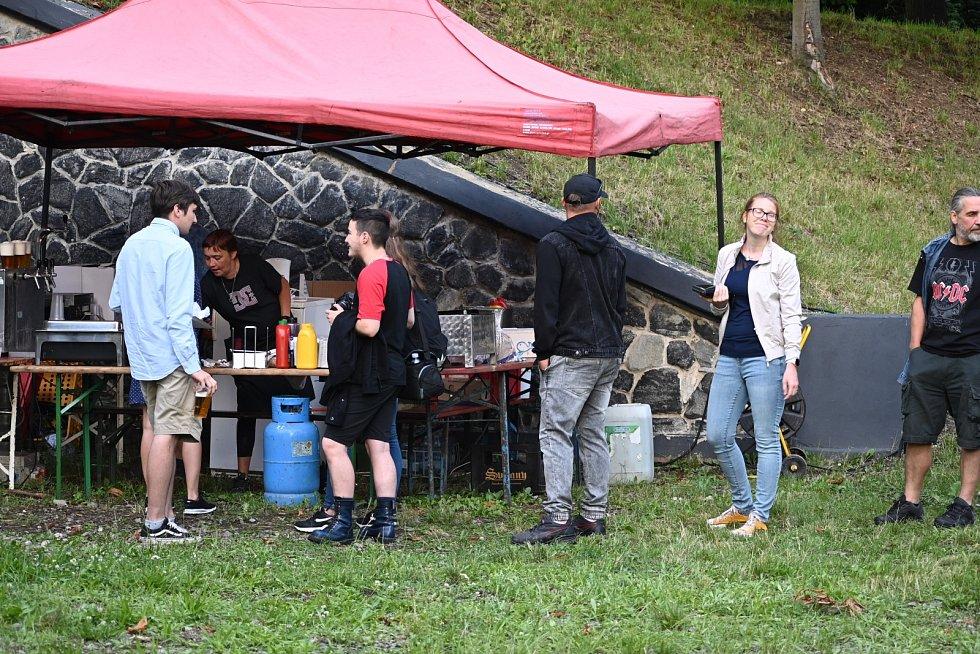 Od pátku do neděle v ústeckém Letním kině koná víkend s domácími kapelami. V pátek zahrály tři kapely Youlie, Top Spot a IDIO&IDIO.