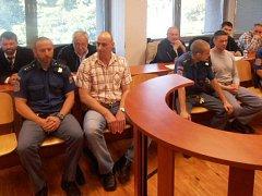 Obžalovaný Tomáš Robel (vlevo vepředu vedle justiční stráže), vpravo Martin Zajíček.