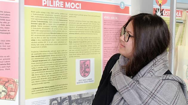 Liliana Leová, 19letá studentka ekonomiky a managementu na UJEP v Ústí n. L., na výstavě o revoluci na Ústecku.