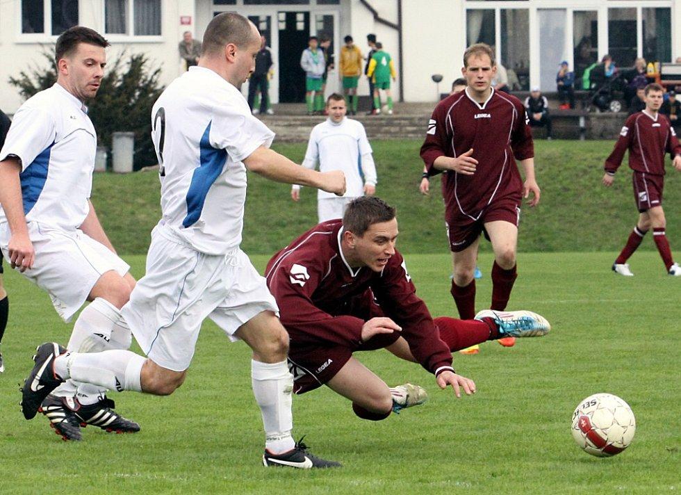 Fotbalisté Trmic (vínové dresy) doma porazili Benešov 2:0.
