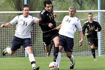 Fotbalisté Chuderova (bílí) doma rozdrtili Přestanov 7:2.
