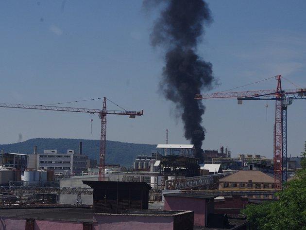 Hustý černý dým se valil v úterý v poledne z areálu Spolchemie.