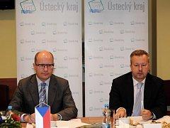 Premiér Bohuslav Sobotka (vlevo) přijel 20. července na návštěvu Ústeckého kraje. Na snímku vpravo je ministr životního prostředí Richard Brabec.