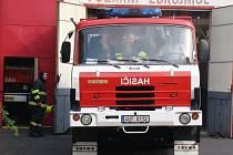 K požáru lesa u Rájce vyjelo v úterý odpoledne více než deset hasičských jednotek. Na snímku výjezd doborovolných hasičů z Proboštova.