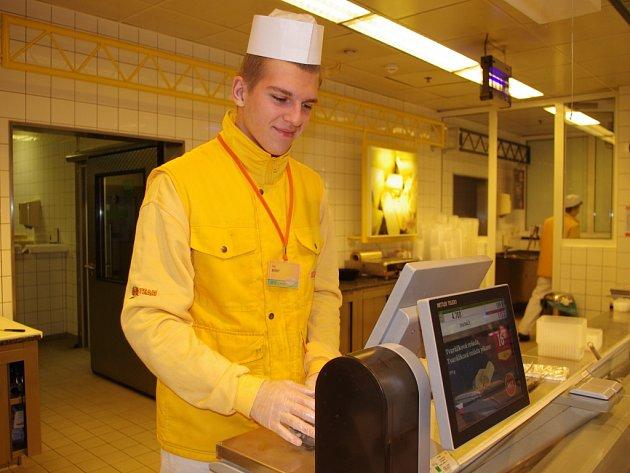 ODBORNOU PRAXI vykonávají žáci Střední školy obchodu, řemesel a služeb v provozech hypermarketu Globus v Trmicích.