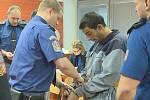 Dva muže, kteří v cele znásilňovali a vydírali svého spoluvězně, odsoudil ústecký krajský soud.