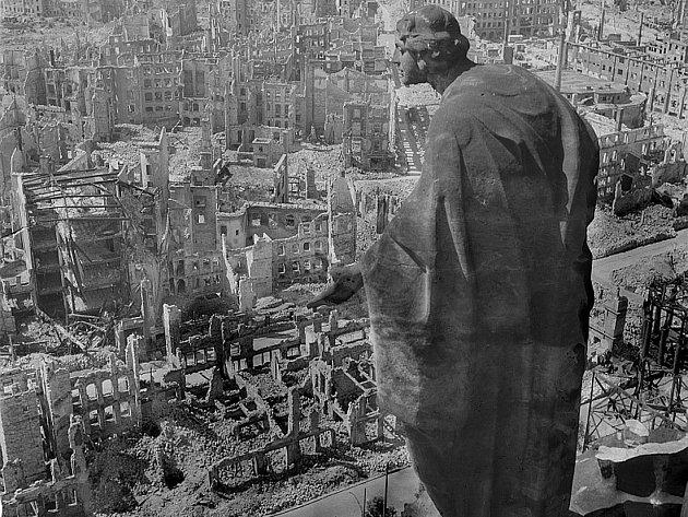 Blick vom Rathausturm. Pohled od radniční věže. Slavná fotografie vybombardovaných Drážďan ukazuje válku v její nahotě. Nejhůře ji prožívají neozbrojení civilisté.