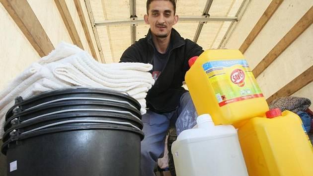 Humanitární sbírka pro oblasti postižené povodní.