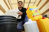 Humanitární sbírka pro oblasti postižené povodní pokračují v Ústí nad Labem.