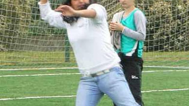 Diana Kimová soutěží v hodu kriketovým míčkem
