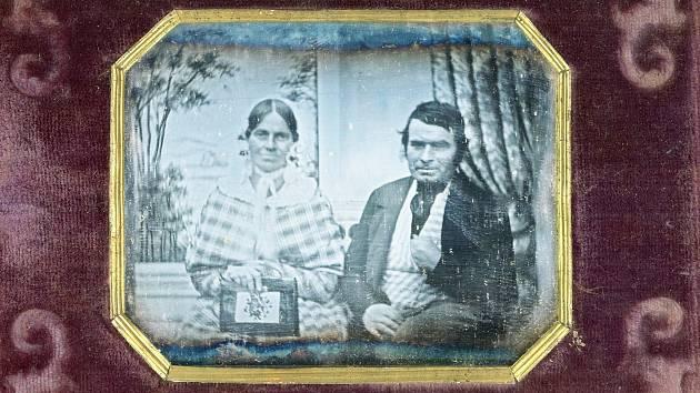 Daguerrotypie neznámého manželského páru, angloamerického typu v krabičce k nošení u sebe. Vznikla okolo roku 1845.