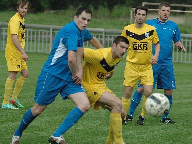 Fotbalisté Mojžíře (žlutí) schytali v Jílovém debakl 0:6.