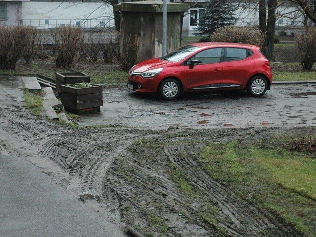 Neukáznění řidiči ničí rozměklé trávníky.