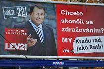 Přelepený bilboard Jiřího Paroubka u ústeckého zimního stadionu.