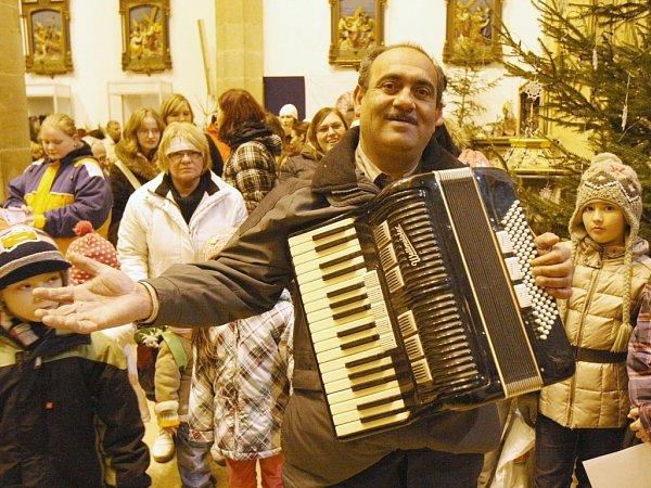 Přes šest stovek lidí si společně zazpívalo pět vánočních koled vústeckém kostele Nanebevzetí Panny Marie.