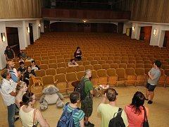 Dobrovolníci pomáhají s přestavbou kina Hraničář na budoucí divadlo.