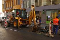 Dopravu v Revoluční ulici komplikují opravy prasklého potrubí a valící se voda.
