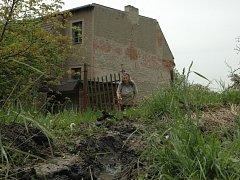 V sousedství domu Anny Nožičkové vytéká kanalizace.