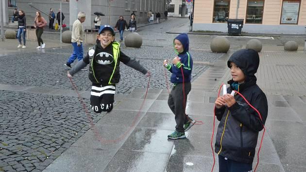 Deset ústeckých škol nadšeně skákalo u Fora pro zdravé srdce.