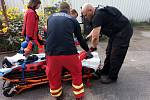 Dívka spadla ze zhruba pětimetrové výšky do trávy.