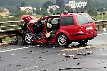 Osobní auto skončilo po střetu s kamionem u Povrlů na kusy